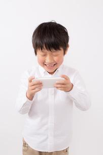 スマーフォンで遊ぶ少年の写真素材 [FYI01164061]