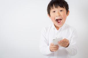 スマーフォンで遊ぶ少年の写真素材 [FYI01164065]