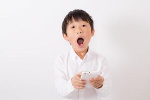 スマーフォンで遊ぶ少年の写真素材 [FYI01164066]