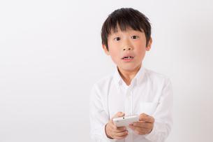 スマーフォンで遊ぶ少年の写真素材 [FYI01164068]