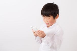 スマーフォンで遊ぶ少年の写真素材 [FYI01164069]