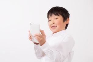 スマーフォンで遊ぶ少年の写真素材 [FYI01164071]