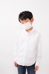 風邪を引いた少年の写真素材 [FYI01164073]