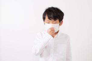 風邪を引いた少年の写真素材 [FYI01164077]
