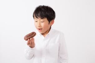 おやつを持つ少年の写真素材 [FYI01164078]