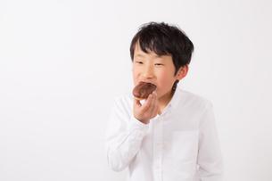 おやつを食べる少年の写真素材 [FYI01164081]