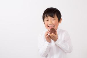 お菓子を持つ少年の写真素材 [FYI01164083]