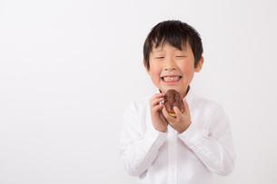 お菓子を持つ少年の写真素材 [FYI01164084]