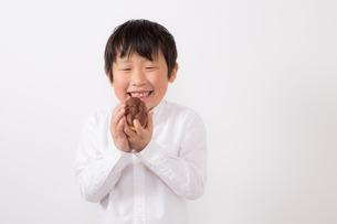 お菓子を持つ少年の写真素材 [FYI01164085]
