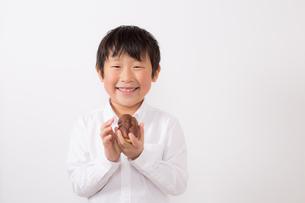 お菓子を持つ少年の写真素材 [FYI01164086]