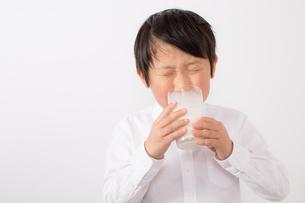 苦手な牛乳を飲む少年の写真素材 [FYI01164090]