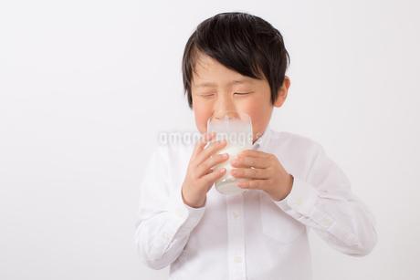 苦手な牛乳を飲む少年の写真素材 [FYI01164091]