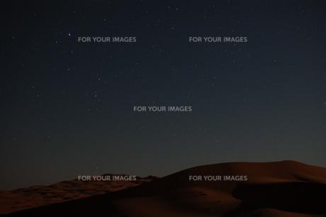 砂漠の星空の写真素材 [FYI01164104]