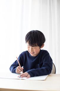 勉強をする少年の写真素材 [FYI01164398]