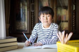 勉強をする少年の写真素材 [FYI01164401]