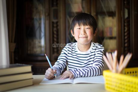 勉強をする少年の写真素材 [FYI01164402]