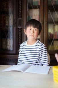 勉強をする少年の写真素材 [FYI01164413]