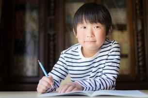 勉強をする少年の写真素材 [FYI01164419]