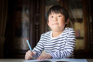 勉強をする少年の写真素材 [FYI01164420]