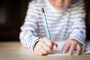 勉強をする少年の写真素材 [FYI01164423]