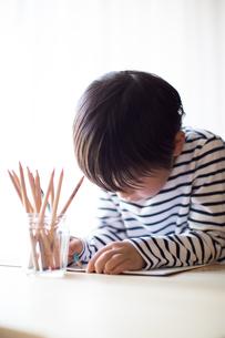 勉強をする少年の写真素材 [FYI01164436]
