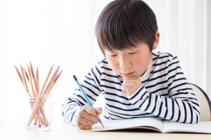 勉強をする少年の写真素材 [FYI01164451]