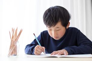 勉強をする少年の写真素材 [FYI01164457]