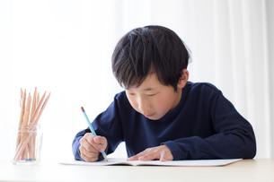 勉強をする少年の写真素材 [FYI01164458]