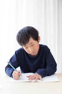 勉強をする少年の写真素材 [FYI01164460]
