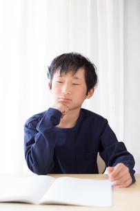 勉強をする少年の写真素材 [FYI01164461]