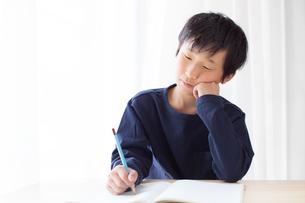 勉強をする少年の写真素材 [FYI01164462]