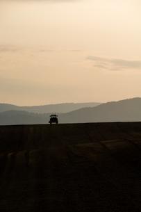 春の夕暮れの農作業の写真素材 [FYI01164573]