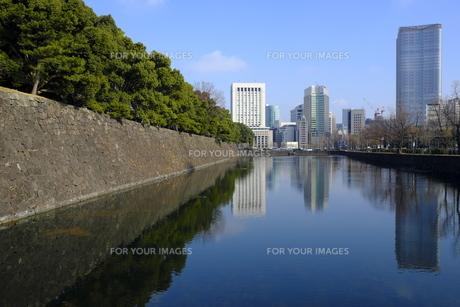 早春の皇居外苑凱旋濠の写真素材 [FYI01164793]