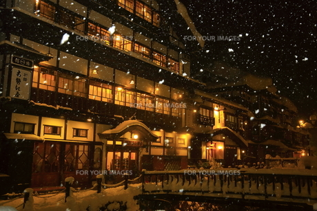 冬の銀山温泉の写真素材 [FYI01165099]