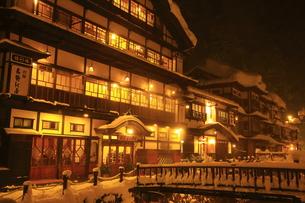 冬の銀山温泉の写真素材 [FYI01165100]