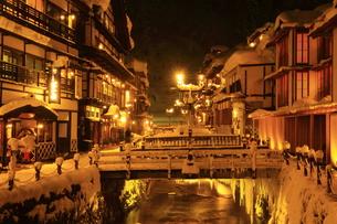 冬の銀山温泉の写真素材 [FYI01165118]