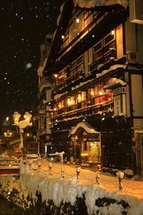 冬の銀山温泉の写真素材 [FYI01165119]