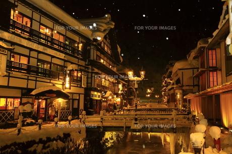 冬の銀山温泉の写真素材 [FYI01165120]