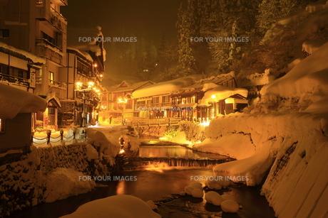 冬の銀山温泉の写真素材 [FYI01165122]