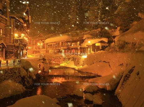 冬の銀山温泉の写真素材 [FYI01165123]