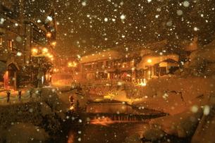 冬の銀山温泉の写真素材 [FYI01165124]