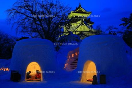 横手城とかまくらの写真素材 [FYI01165132]