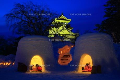 横手城とかまくらの写真素材 [FYI01165138]
