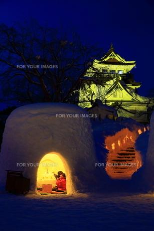 横手城とかまくらの写真素材 [FYI01165148]