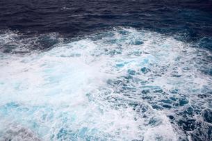 沖縄・残波岬の荒波の写真素材 [FYI01165559]