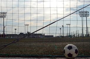夕暮のグランドとサッカーボールの写真素材 [FYI01165566]