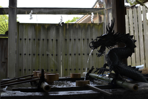生駒山の手水舎の写真素材 [FYI01165568]
