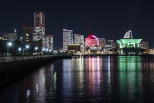 横浜港の夜景の写真素材 [FYI01165657]