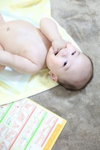 親子のふれあい ベビーマッサージの写真素材 [FYI01165661]