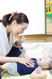 お母さんと赤ちゃんの写真素材 [FYI01165675]